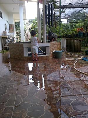 Cuci kolam bareng Opa